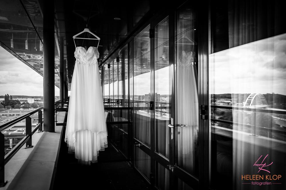 Bruidsjurk hangt klaar voor een strandbruiloft bij van der Valk Hotel