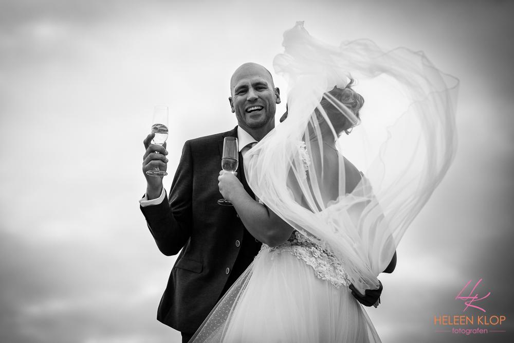 Bruidspaar in de wind